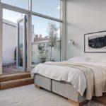 Спальня в скандинавском стиле: спальня с панорамными окнами и балконом