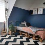 Спальня в скандинавском стиле: рокерская спальня с кроватью на поддонах