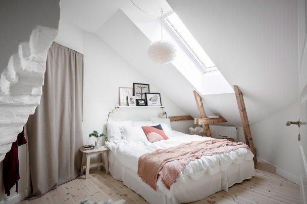 Спальня в скандинавском стиле: белая спальня на мансарде