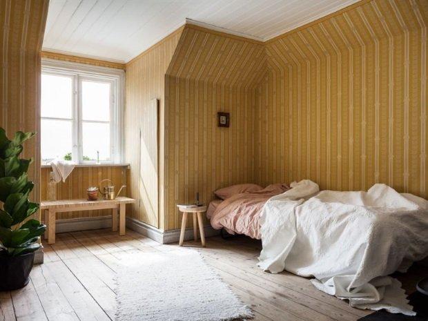 Спальня в скандинавском стиле: спальня с желтыми обоями