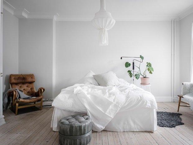 Спальня в скандинавском стиле: белая спальня с кожаным креслом