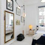 Спальня в скандинавском стиле: белая кирпичная кладка и гирлянда