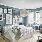 Спальня в скандинавском стиле: много картин в изголовье