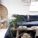 Спальня в скандинавском стиле: белые стены, синяя кровать