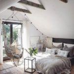 Спальня в скандинавском стиле: спальня на чердаке и плетеные качели на балке