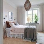 Спальня в скандинавском стиле: бежевые стены и ротанговая люстра