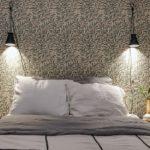 Спальня в скандинавском стиле: обои в мелкий листочек
