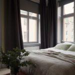 Спальня в скандинавском стиле: желтые станы и черные шторы