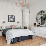 Спальня в скандинавском стиле: белая спальня с классическим камином