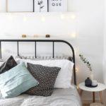 Спальня в скандинавском стиле: железная кровать и гирляднда