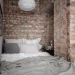 Спальня в скандинавском стиле: кровать в нише с кирпичной кладкой