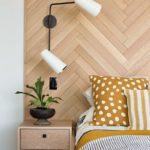 Спальня в скандинавском стиле: деревянное изголовье, паркетная кладка