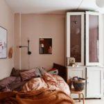 Спальня в скандинавском стиле: теплая спальня персикового цвета