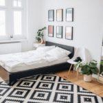 Спальня в скандинавском стиле: разноцветные картины на стене