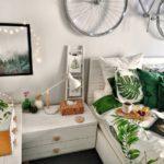 Спальня в скандинавском стиле: велосипед на стене в спальне