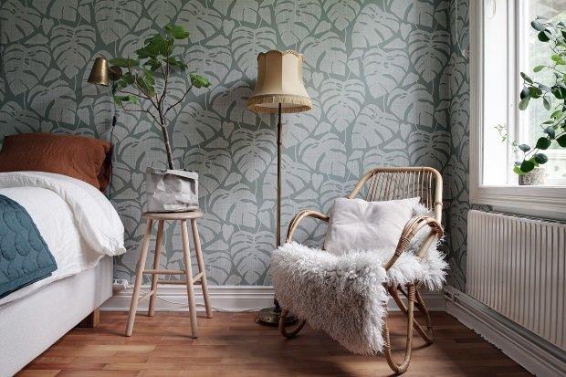 Спальня в скандинавском стиле: зеленые обои с листьми в спальне