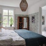 Спальня в скандинавском стиле: обои с крупными листьями на 3/4 стены