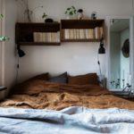 Спальня в скандинавском стиле: книжные полки над кроватью