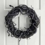 Венок на двери с змеями на Хэллоуин