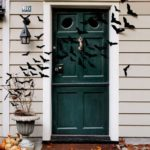 Декор входной двери на Хэллоуин, летучие мыши