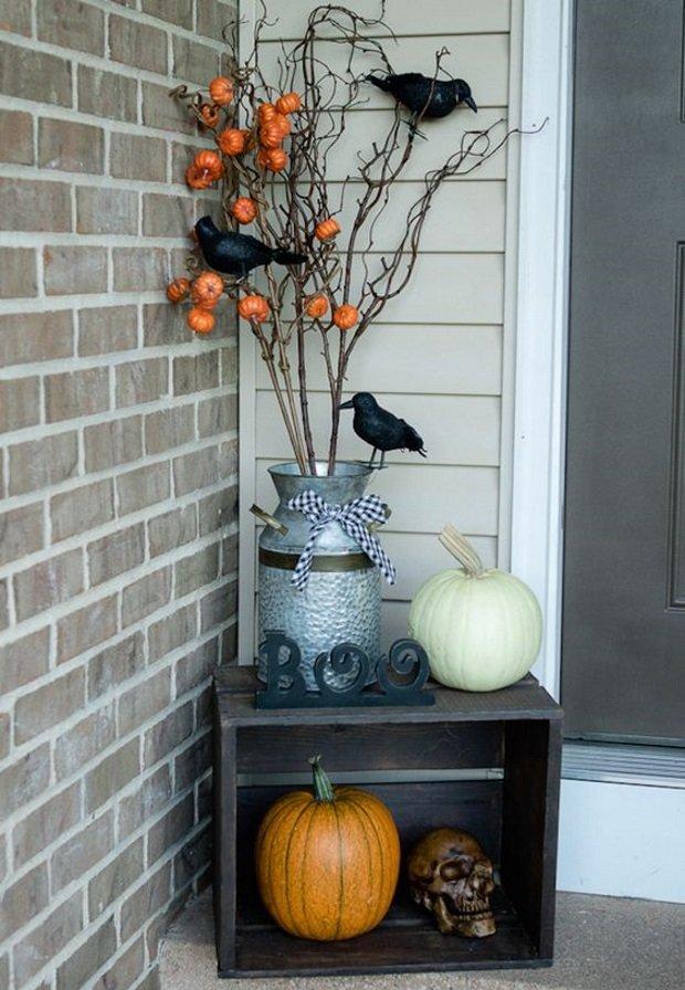 Ваза с тыквами и воронами перед домом