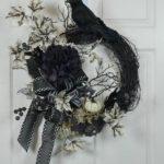 Черный венок на двери на Хэллоуин