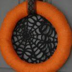 Оранжевый венок с резной паутинкой на входной двери