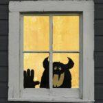 Декоративный монстр в окне на Хэллоуин