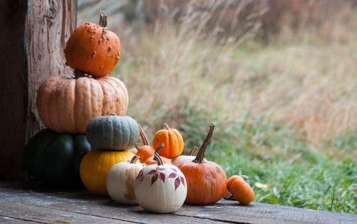 Украшение на Хэллоуин на крыльце дома