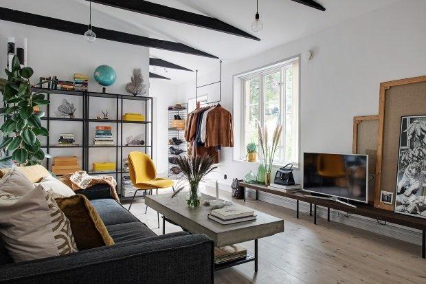 Скандинавская квартира с яркими акцентами: вид на гостиную и прихожую