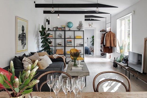 Скандинавская квартира с яркими акцентами: гостиная с балками на потолке