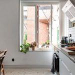 Скандинавская квартира с яркими акцентами: белая кухня