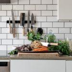 Скандинавская квартира с яркими акцентами: магнитный держатель для ножей на кухне