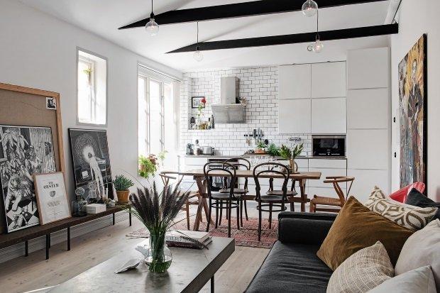 Скандинавская квартира с яркими акцентами: кухня, совмещенная с гостиной