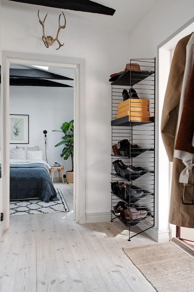 Скандинавская квартира с яркими акцентами: обувной стеллаж в прихожей
