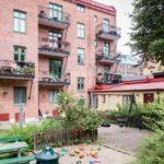 Скандинавская квартира с яркими акцентами: детская площадка в шведском дворике