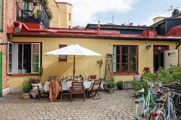 Скандинавская квартира с яркими акцентами: территория возле дома со столом