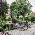 Скандинавская квартира с яркими акцентами: парковка для велосипедов во дворе в Швеции