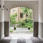 Скандинавская квартира с яркими акцентами: проход арка в скандинавском дворике
