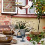 Скандинавская квартира с яркими акцентами: уличный стол у окна кухни