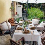 Скандинавская квартира с яркими акцентами: летний стол на террасе