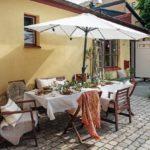 Скандинавская квартира с яркими акцентами: летний стол под зонтом