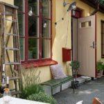 Скандинавская квартира с яркими акцентами: гирлянда в качестве уличного освещения