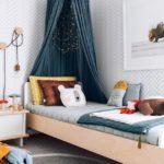 Детская в скандинавском стиле: односпальная кровать с балдахином