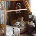 Детская в скандинавском стиле: коричневый балдахин на кровати-домике