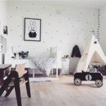 Детская в скандинавском стиле: черный ретро-автомобиль