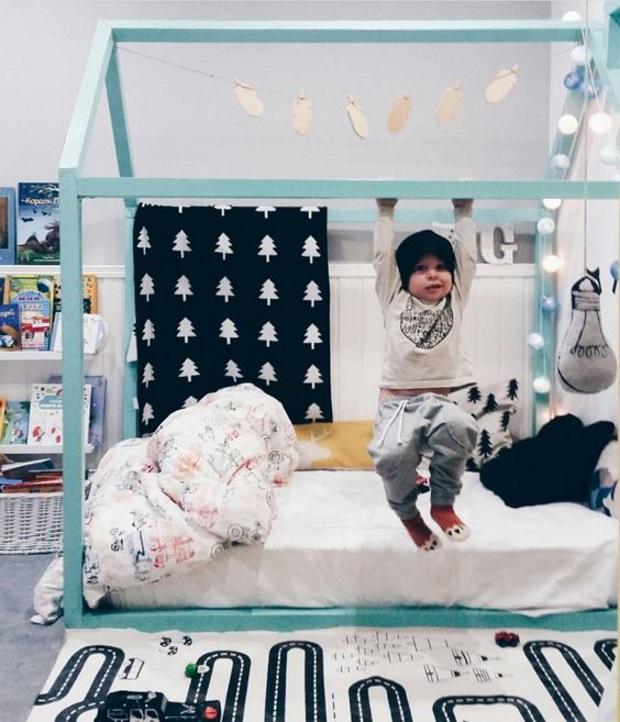 Детская в скандинавском стиле: гирлянда на кровати домике