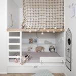 Детская в скандинавском стиле: кровать и сетка на втором ярусе