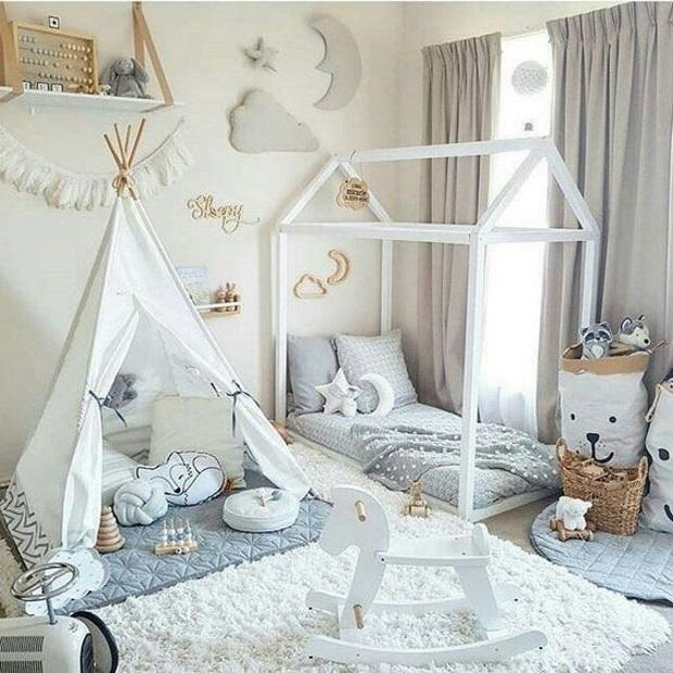Детская в скандинавском стиле: светлая детская с вигвамом и кроватью домиком