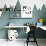 Детская в скандинавском стиле: зеленые горы на стене